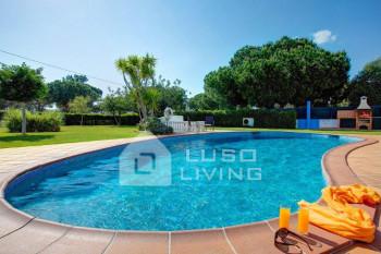 Fantástica moradia V4 com piscina privada e jardim, localizada a 1.5 Km da praia da Falésia